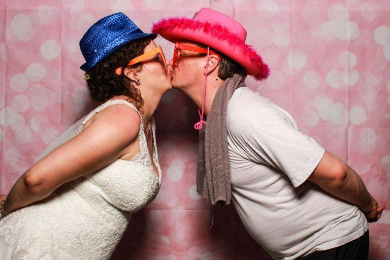 Fotobox mit küssendes Hochzeitspaar