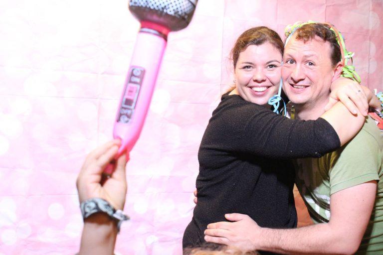 Paar umarmed mit Mikrofon