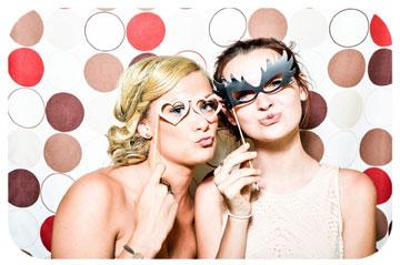 Zwei Frauen mit Masken